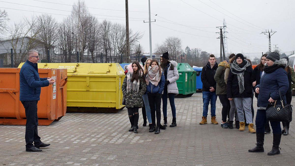 Oprowadzenie młodzieży po terenie punktu selektywnej zbiórki odpadów komunalnych