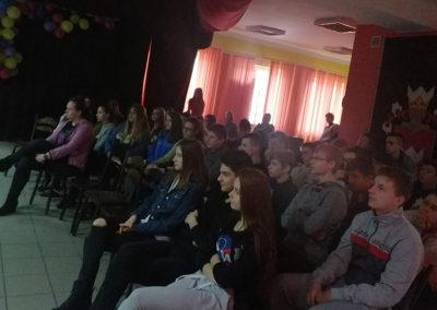 Młodzież na prezentacji prowadzonej przez kierownika punktu selektywnej zbiórki odpadów komunalnych