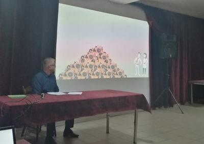 Kierownik punktu selektywnej zbiórki odpadów komunalnych prowadzi prezentację
