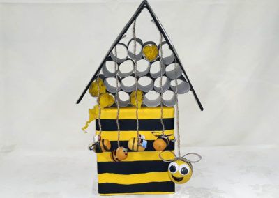 ul dla pszczół zbudowany z odpadów