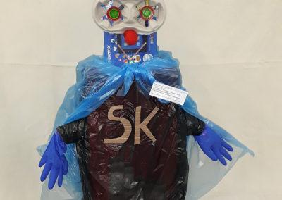 zabawka zrobiona z odpadów - superbohater