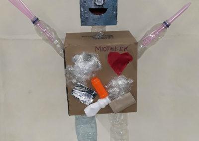 robot o nazwie miotełek zbudowany z kartonu i plastiku