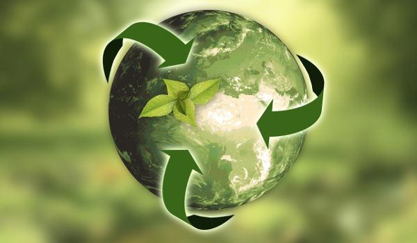 grafika przedstawiająca zieloną kulę ziemską otoczoną zielonymi strzałkami