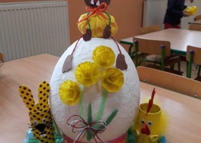 Zabawka z recyklingu przedstawiająca jajko kurczaka oraz zajączki