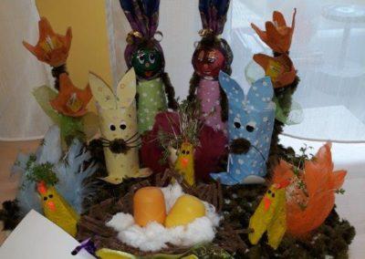 Zabawka z recyklingu przedstawiająca zajączki oraz jajka