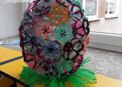 Zabawka z recyklingu przedstawiająca pisankę otuloną kwiatami