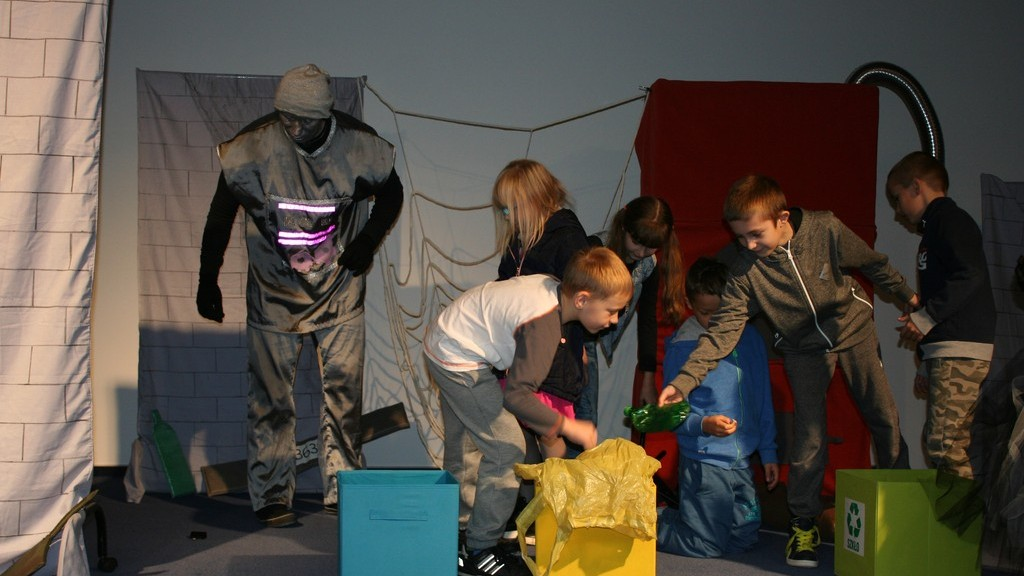 """Przedstawienie """"O segregacji odpadów na wesoło"""" dzieciaki porządkują odpady"""