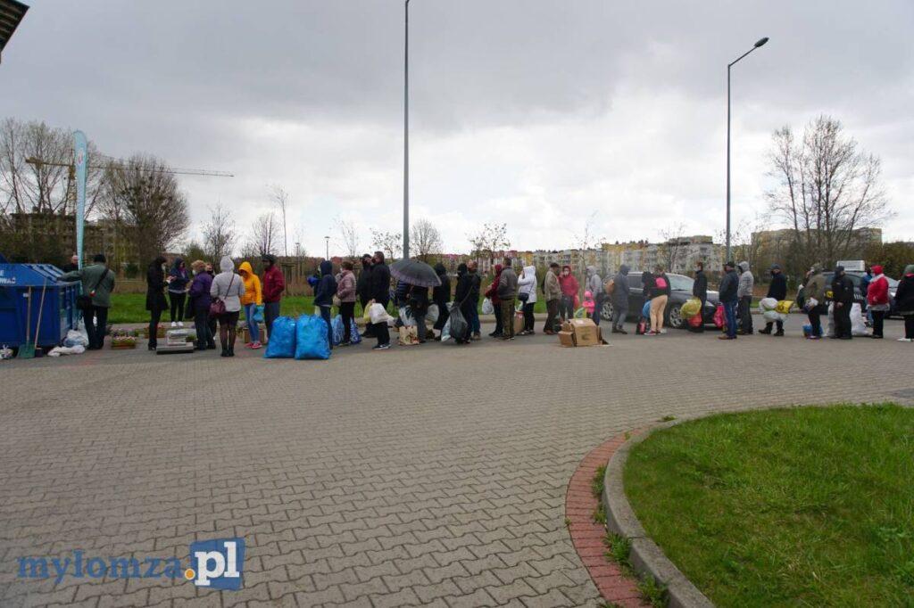 Mieszkańcy stoją w kolejce po odbiór sadzonek za segregację odpadów