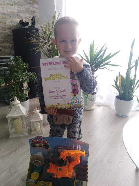chłopiec z nagrodami z udział w konkursie